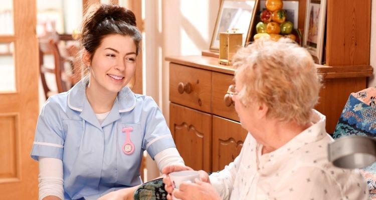 Pflegerin kümmert sich um alte Dame