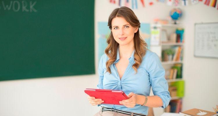 Lehrerin im Klassenzimmer vor der Wandtafel