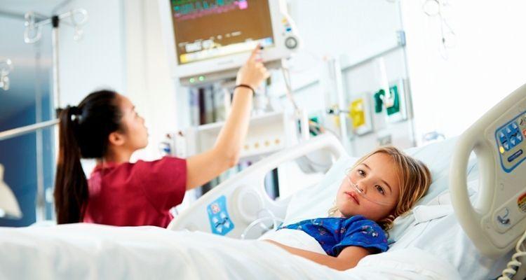 Kleines Mädchen im Krankenbett der Intensiv-Station