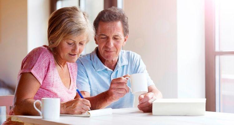 Älteres Ehepaar trinkt Kaffee und macht Pläne