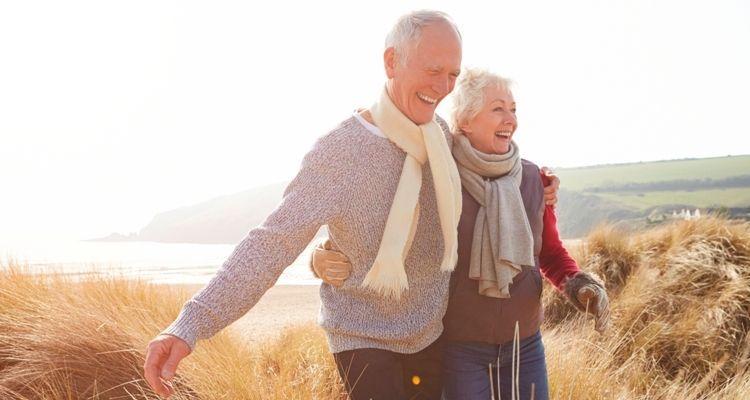 Fröhliches Senioren Ehepaar beim Spaziergang durch die Dühnen